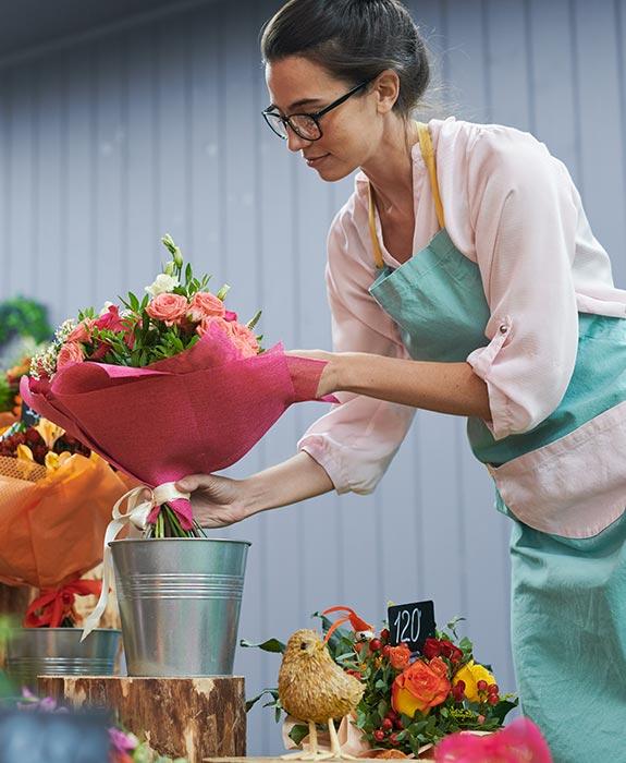 florist-working-in-shop-JK4M3RL